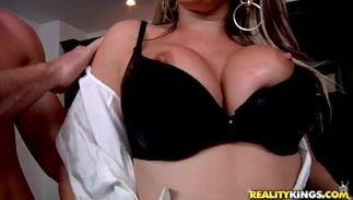 Luscious bimbo Courtney Cummz with great milk shakes know when it's time for her fuck